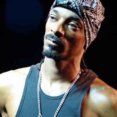 Snoop Dogg rocks the black & chains.
